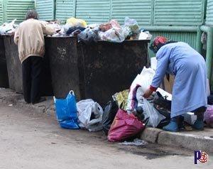Картинки по запросу бомж возле мусорного бака фото