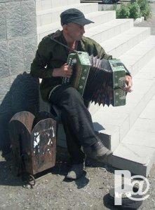 Уличный гармонист поневоле