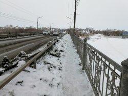 Дорожники завалили снегом пешеходную часть моста