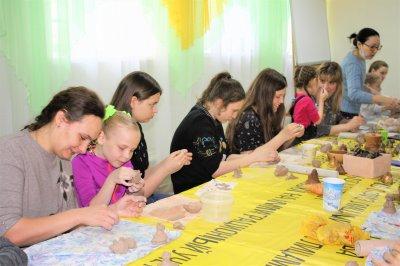 Троичане слепили Ангелов в День счастья (ВИДЕО)