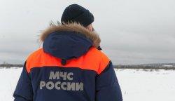 Спасатели пришли на помощь замерзающей на льду девочке