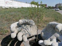 В Троицке новый арт-объект: ладони, обнимающие дерево