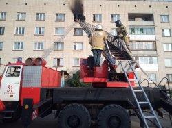 Троицкие пожарные спасли из горящей пятиэтажки ребенка