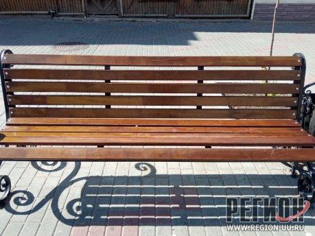На улице Климова начали менять деревянные рейки на скамейках