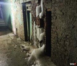 Люди замерзают в насквозь промерзшем доме