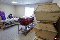 «Хоронить привитых нам еще не доводилось»: владелец похоронного бюро — о проблесках позитива